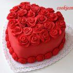 Kırmızı kalpli doğum günü pastası