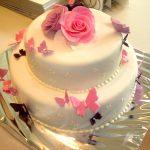 Katlı beyaz doğum günü pastası