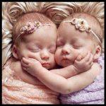 Tatlı ikiz bebek